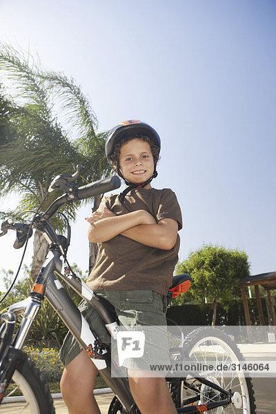 Junge auf dem Fahrrad sitzend lächelnd