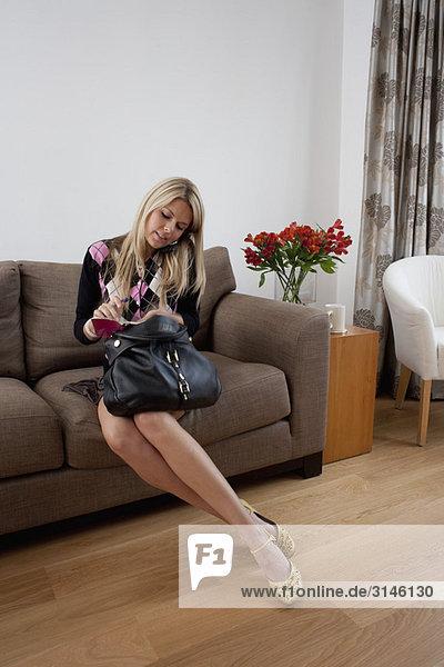 Multitasking junge Frau zu Hause