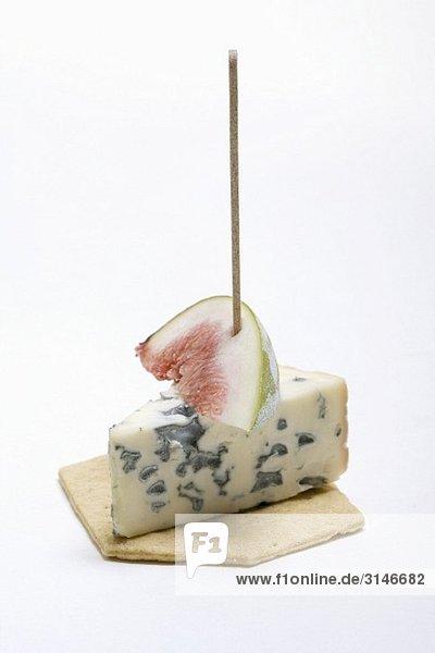 Cracker mit Blauschimmelkäse und Feige
