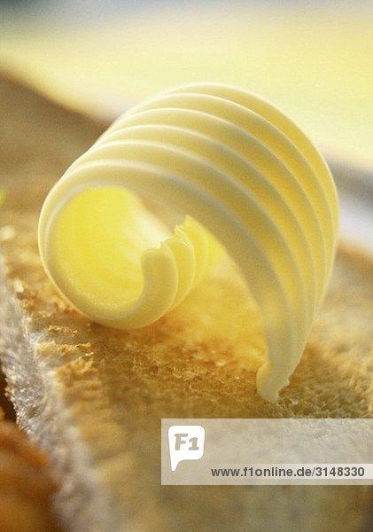 Butterröllchen auf Toast (Close Up)
