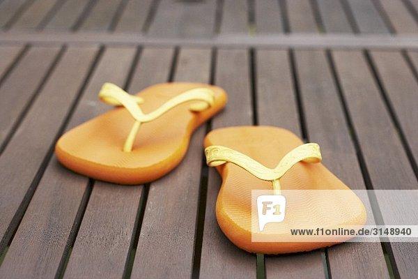 Flip Flops auf Holzboden