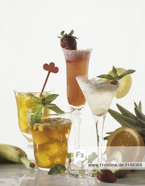Verschiedene Getränke mit Früchten Verschiedene Getränke mit Früchten
