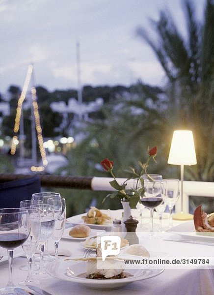 Festlich gedeckter Tisch im Abendlicht
