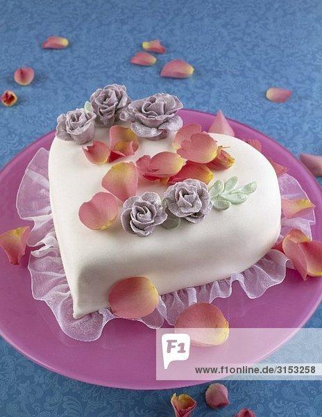 Herz Torte Mit Blutenblattern Zum Valentinstag 973214