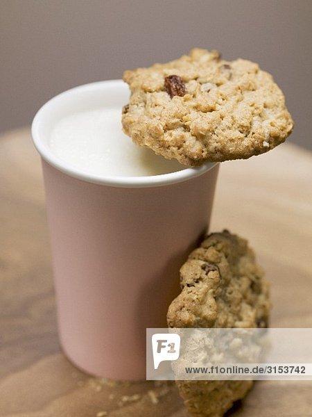 Zwei Cookies und Becher Milch