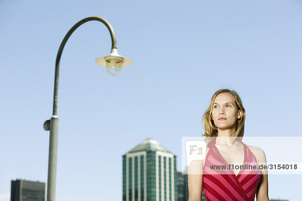 Frau in urbanen Umfeld  Wegsehen