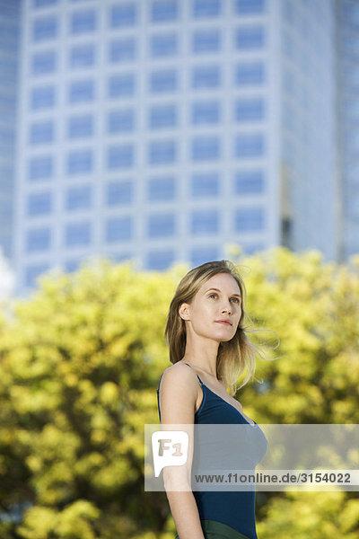 Frau im Tank Top stehen im Freien  portrait