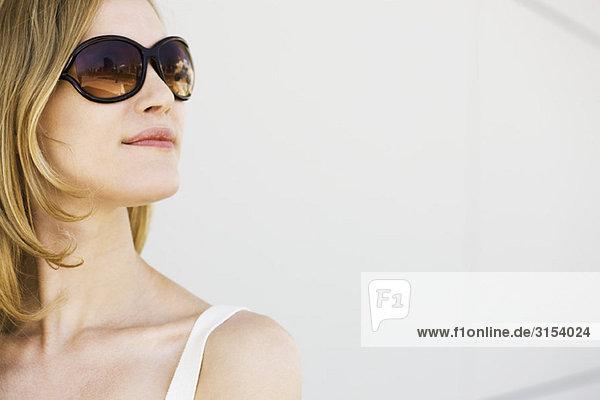 Frau mit Sonnenbrille  Wegsehen  portrait