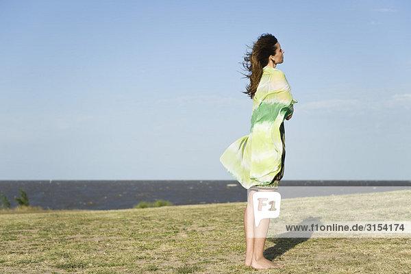 Frau stehend Außenaufnahme barfuß  umwickelt Schal