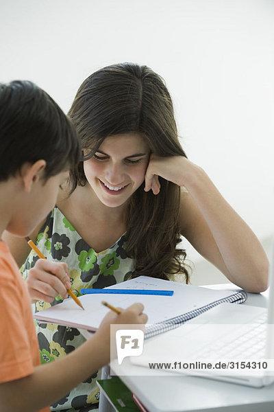 Tutorin hilft Grundschülerin