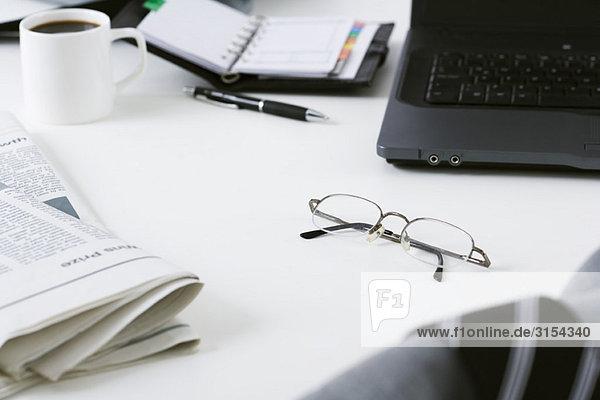 Brille auf dem Schreibtisch liegen gelassen
