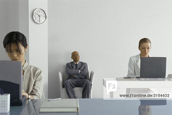 Manager  der Büroangestellte beaufsichtigt