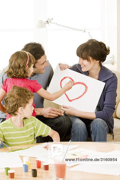 Menschliche Eltern streichen streicht streichend anstreichen anstreichend