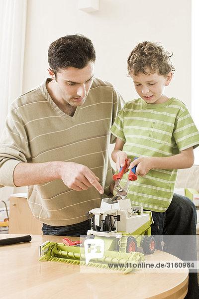 Menschlicher Vater Sohn Spielzeug befestigen