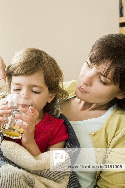 Krankheit trinken Saft Mädchen