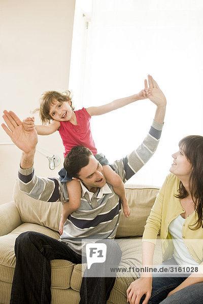 Familie Lage zusammen auf couch