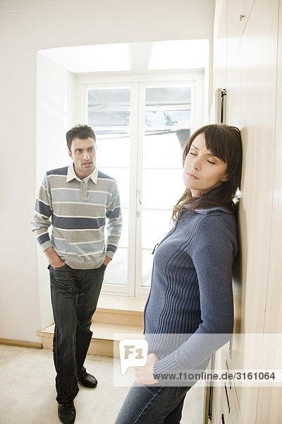 Paar mit schweren sprechen