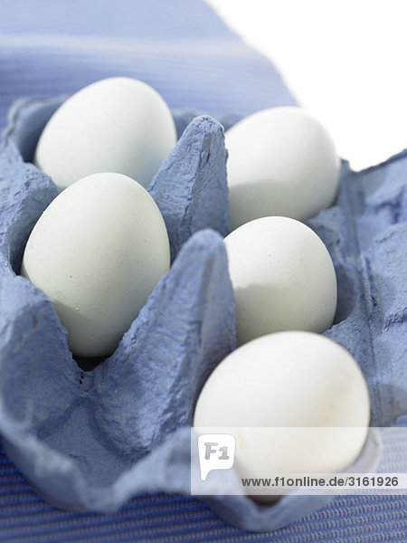 Eine halbe Karton von Eiern mit fünf noch innerhalb