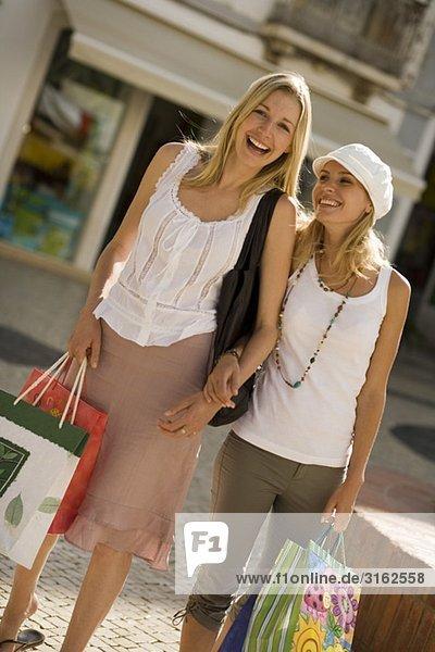 Zwei Frauen einkaufen Zwei Frauen einkaufen