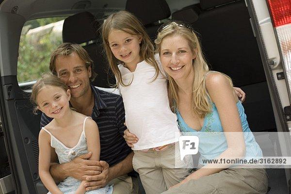 Eine Familie in der Rückseite des ihre van