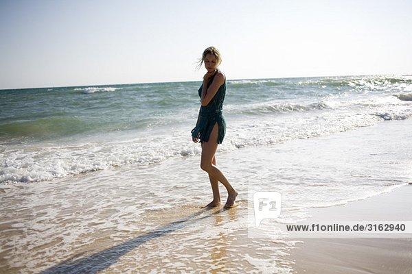 Eine Frau am Strand