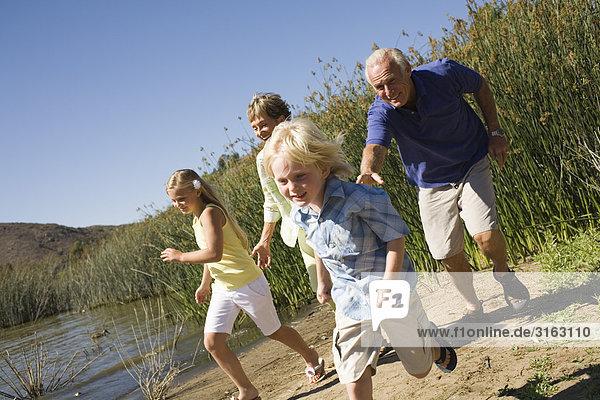 Großeltern und Enkel an einem See