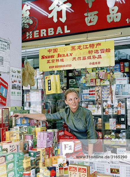 Eine skandinavische Frau auf einem Marktplatz.