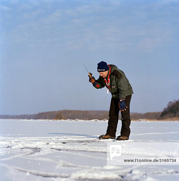 Ein Mann im Winter  Schweden Angeln.