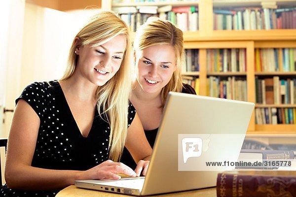 Zwei junge skandinavische Frauen  Schweden.