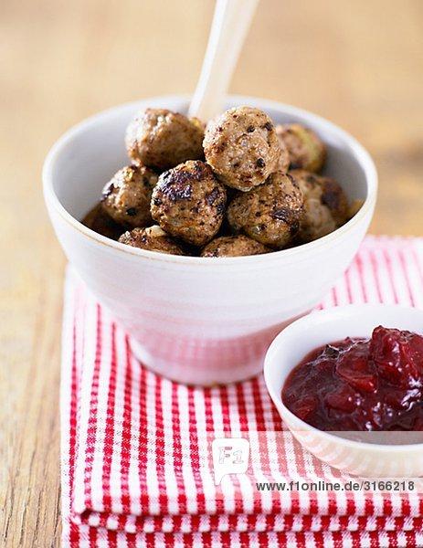 Frikadellen und Preiselbeeren Marmelade.