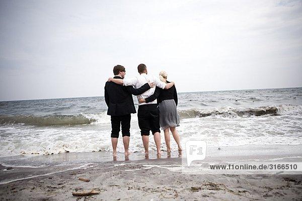 Drei Geschäftsleute am Wasser ¥ s Rand  Skane  Schweden.