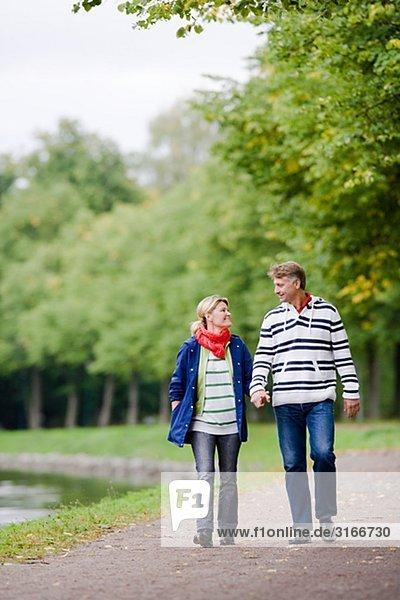 Ein zart paar Spaziergang im Park  Schweden.