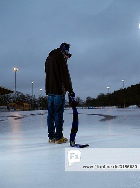 Ein trauriges und einsam junger Mann auf dem Eis Schweden.