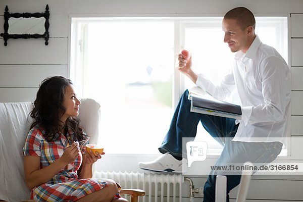 Ein Mann und eine Frau sitzend durch ein Fenster Schweden.