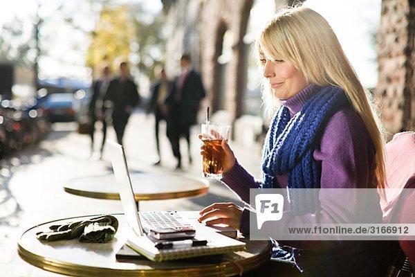 Junge Frau sitzen in einem mit einem Laptop Schweden Caf.