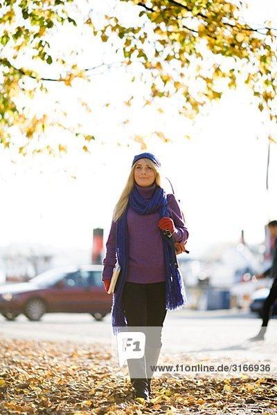 Jungen weiblichen Studenten einen Spaziergang im Herbst Stockholm Schweden.