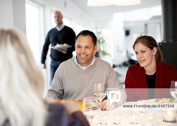 Freunde mit Abendessen zusammen Schweden.