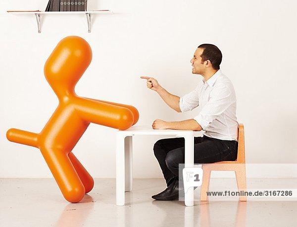 Mann Interaktion mit einem Kunststoff Hund  Schweden.