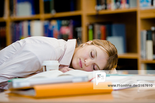 Ein weiblicher Student  der schlafend Schweden gefallen ist.