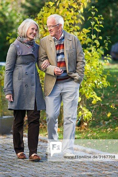 älteres Paar einen Spaziergang  Schweden.
