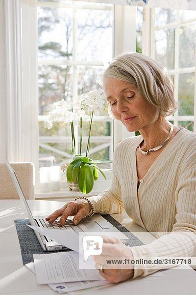 Interior  zu Hause  Senior  Senioren  benutzen  Frau  Notebook  Schweden