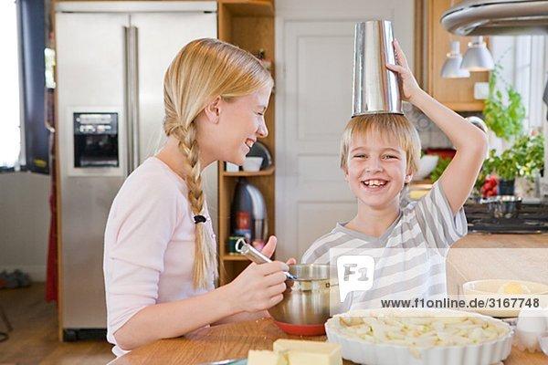 Schwester und Bruder machen einen Kuchen  Schweden. Schwester und Bruder machen einen Kuchen, Schweden.
