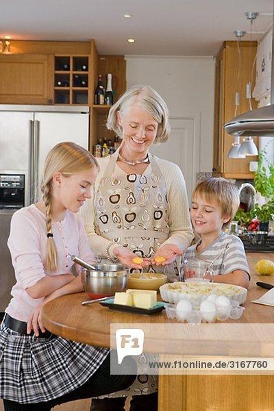 Enkel Bäckerei einen Kuchen mit ihrer Großmutter  Schweden.