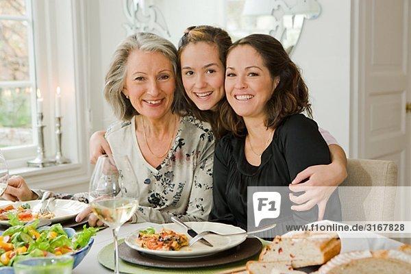 Portrait eines Großmutter  Tochter und Enkelin an einen Tisch  Schweden.