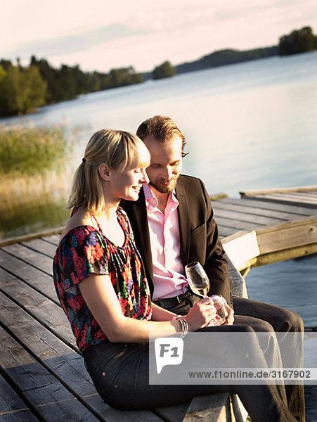 Ein Mann und eine Frau trinken Wein  Schweden.