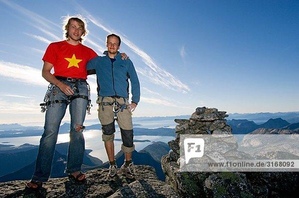 Zwei Männer oben auf einem Berg  Stetind  Norwegen.
