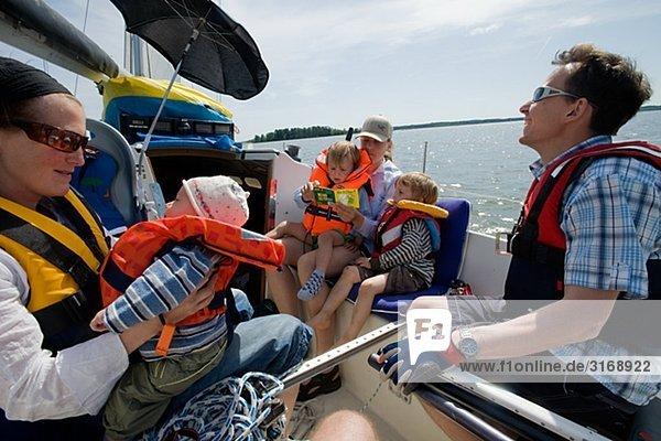 Eine Familie auf einem Segelboot Schweden.