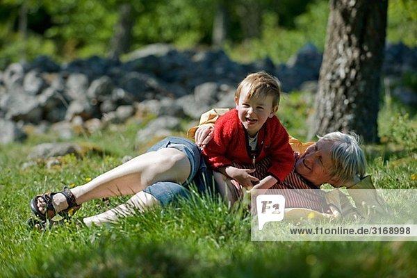 Eine Frau und ein Junge außerhalb Schwedens.
