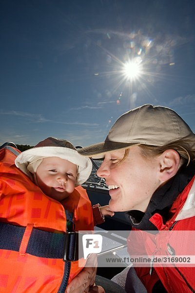 Mutter und Tochter in einem Boot Schweden.