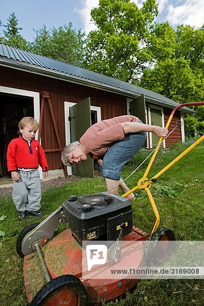Frau sehen Junge - Person Rasen